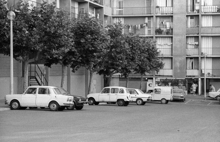 Fabrice Ney | ZUP n°1 | 1980-1983 | Extrait de ZUP n°1 - Marseille  - 1981-1983.  Parking, voitures garées, petit Casino, façades des immeubles L et M..