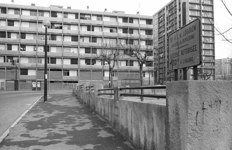 Fabrice Ney | ZUP n°1 | 1980-1983 | Extrait de ZUP n°1 - Marseille  - 1981-1983.  Panneau HLM LOGIREM, Limitation de vitesse détournée. espace de jeu, muret béton, façades E et M.