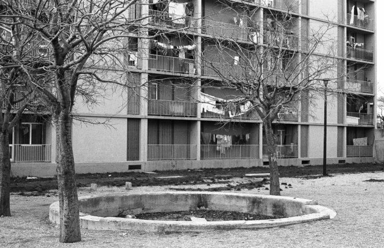Fabrice Ney | ZUP n°1 | 1980-1983 | Extrait de ZUP n°1 - Marseille  - 1981-1983, Façade arrière, balcons, linge, arbres, bac béton circulaire.