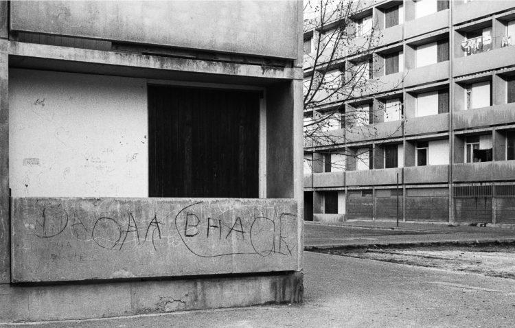 Fabrice Ney | ZUP n°1 | 1980-1983 | Extrait de ZUP n°1 - Marseille  - 1981-1983.. Angle d'immeuble, balcon de Rez-de-Chaussée fermé, graffitis.