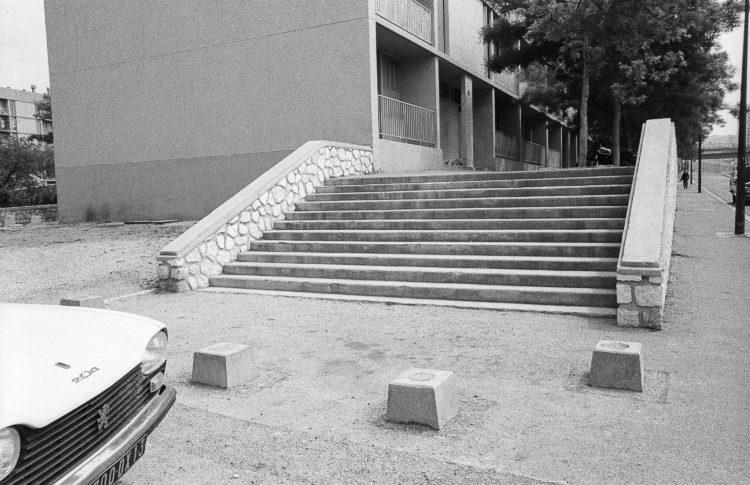 Fabrice Ney | ZUP n°1 | 1980-1983 | Extrait de ZUP n°1 - Marseille  - 1981-1983. Escalier d'accès aux portes de la barre d'immeuble longeant l'avenue S. Allende.