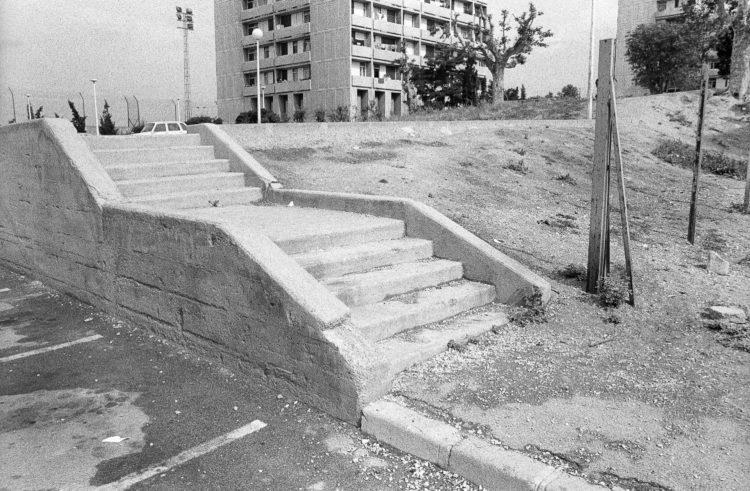 Fabrice Ney | ZUP n°1 | 1980-1983 | Extrait de ZUP n°1 - Marseille  - 1981-1983. Escalier d'accès à l'espace vert arrière immeuble B, tour D.