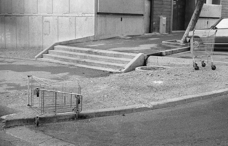 Fabrice Ney | ZUP n°1 | 1980-1983 | Extrait de ZUP n°1 - Marseille  - 1981-1983. Deux caddies abandonnées, escalier (3 marches) porte E3.