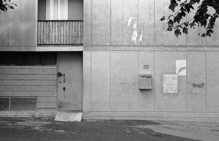 Fabrice Ney | ZUP n°1 | 1980-1983 | Extrait de ZUP n°1 - Marseille  - 1981-1983. Façade rez-de-chaussée et premier  immeuble M,  porte de service et boîte aux lettres de la poste.