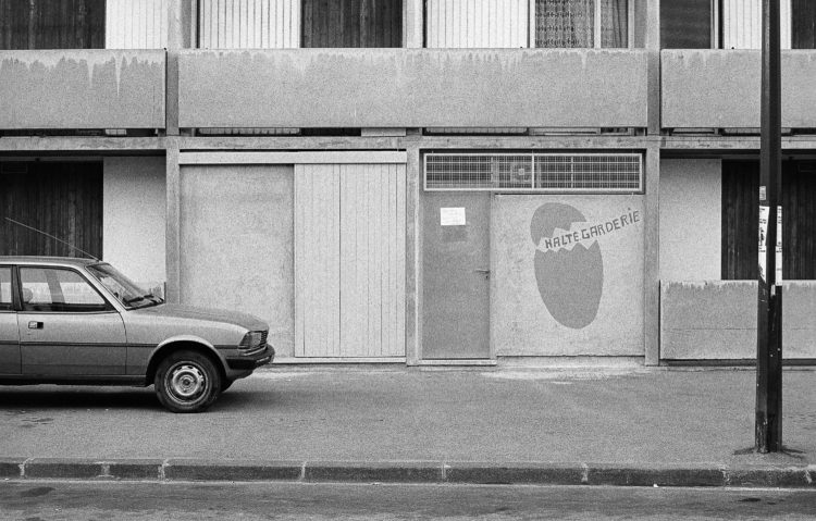 Fabrice Ney | ZUP n°1 | 1980-1983 | Extrait de ZUP n°1 - Marseille  - 1981-1983. Vue frontale de la façade de l'entrée de la Halte Garderie.