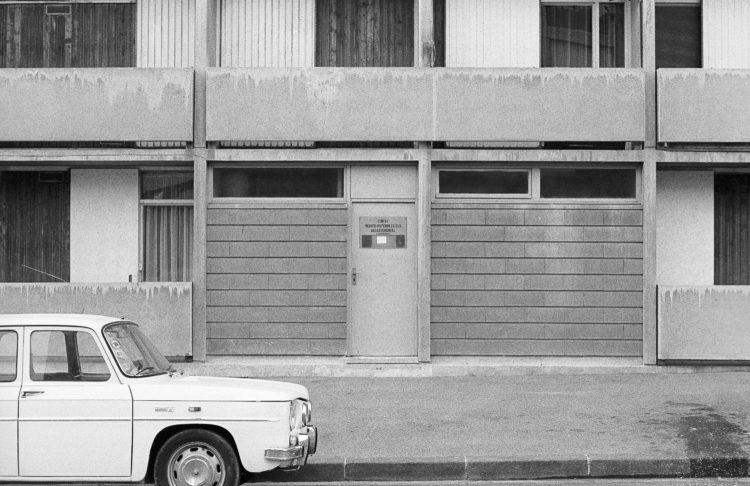 Fabrice Ney | ZUP n°1 | 1980-1983 | Extrait de ZUP n°1 - Marseille  - 1981-1983. Vue frontale de la façade de l'entrée du Centre Médico-Psychologique Départemental. Renault R8 garée.