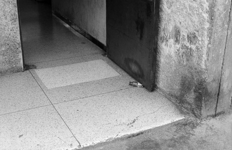 Fabrice Ney | ZUP n°1 | 1980-1983 | Extrait de ZUP n°1 - Marseille  - 1981-1983. Vue rapprochée de la porte P en position ouverte bloqué par une petite bouteille en plastique.
