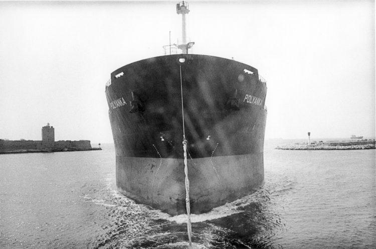 Franck Pourcel | La petite mer des oubliés – Gestes du travail | 1996-2006 | Gestes du travai | entrée d'un pétrolier dans le port industriel, Lavéra, Martigues, 2001