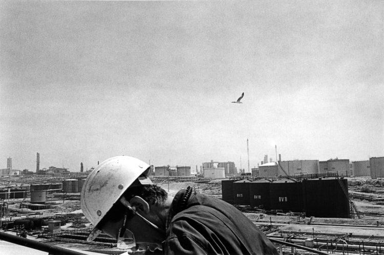 Franck Pourcel | La petite mer des oubliés – Gestes du travail | 1996-2006 | Gestes du travail | Photographie en N/B d'une usine pétrochimique