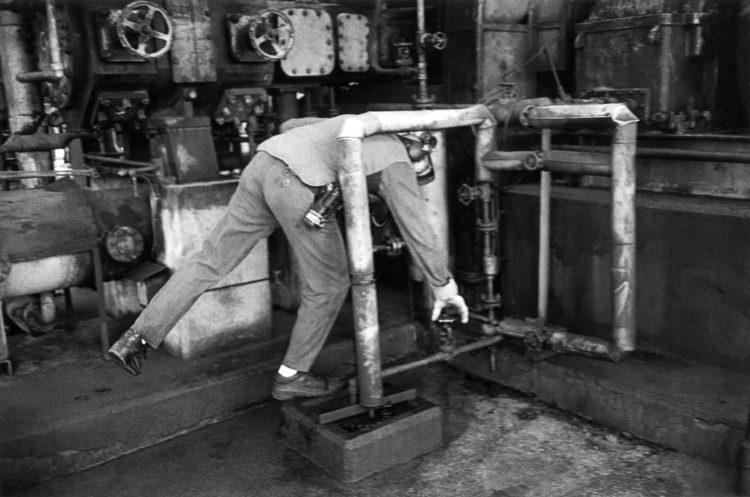 Franck Pourcel | La petite mer des oubliés – Gestes du travail | 1996-2006 | Gestes du travail | Photographie en N/B d'un homme qui tourne des vannes