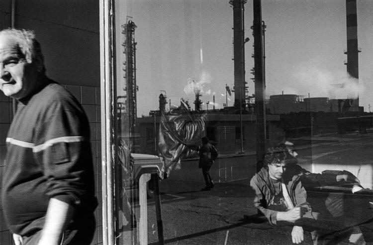 Franck Pourcel | La petite mer des oubliés – Gestes du travail | 1996-2006 | Gestes du travail | Photographie en N/B de la salle de pause à l'intérieur de l'usine pétrochimique