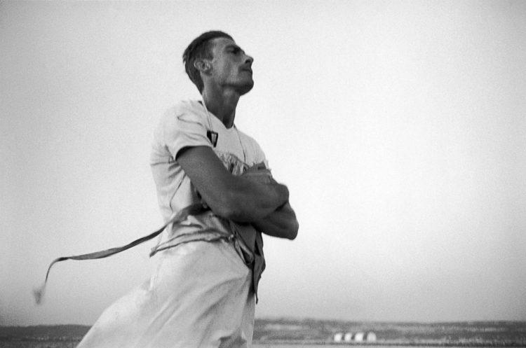 Franck Pourcel | La petite mer des oubliés – Gestes du travail | 1996-2006 | Gestes du travail | Photographie en N/B d'un pêcheur sur l'étang