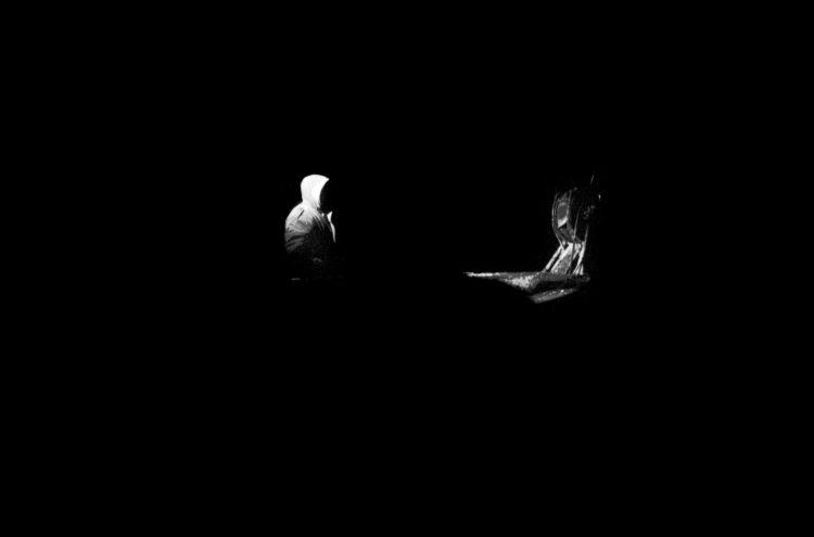 Franck Pourcel | La petite mer des oubliés – Gestes du travail | 1996-2006 | Gestes du travail | Photographie en N/B d'un pêcheur dans la nuit