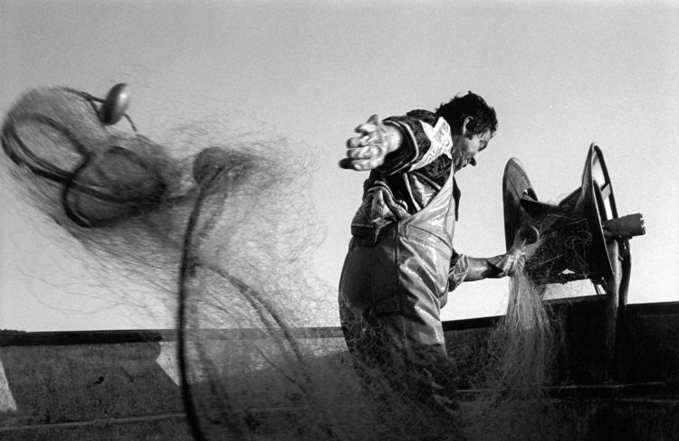Franck Pourcel | La petite mer des oubliés – Gestes du travail | 1996-2006 | Gestes du travail | Photographie en N/B d'un pêcheur qui remonte ses filets