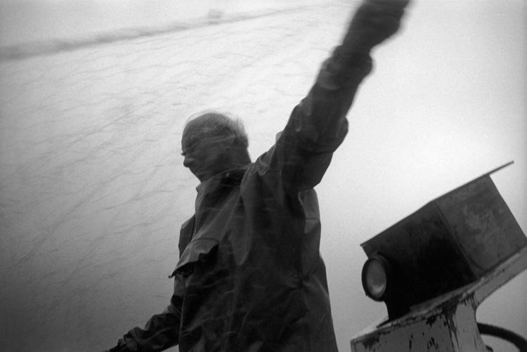 Franck Pourcel | La petite mer des oubliés – Gestes du travail | 1996-2006 | Gestes du travail | Photographie en N/B d'un pêcheur qui tire son filet
