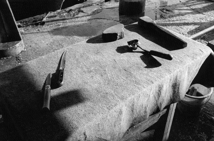 Franck Pourcel | La petite mer des oubliés – Gestes du travail | 1996-2006 | Gestes du travail | Photographie en N/B d'une table et des outils pour prélever les oeufs de muge et faire la poutargue