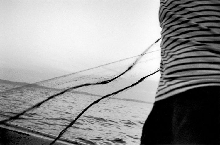Franck Pourcel | La petite mer des oubliés – Gestes du travail | 1996-2006 | Gestes du travail | Photographie en N/B d'un geste de pêche au filet