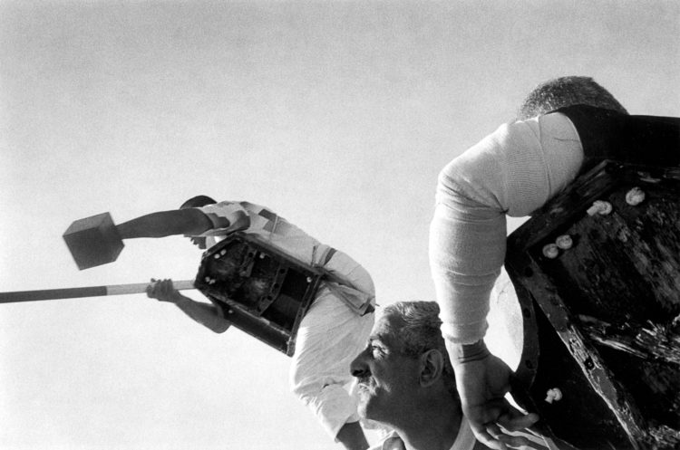 Franck Pourcel | La petite mer des oubliés – Luttes | 1996-2006 | Luttes | Photographie en N/B d'un tournoi de joute provençale