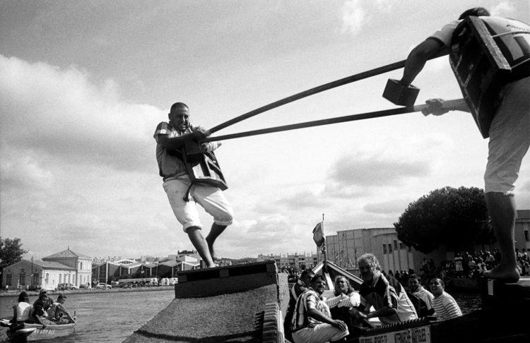Franck Pourcel | La petite mer des oubliés – Luttes | 1996-2006 | Luttes | Photographie en couleur d'un marquage de passage de pipe-line à travers l'étang de Berre