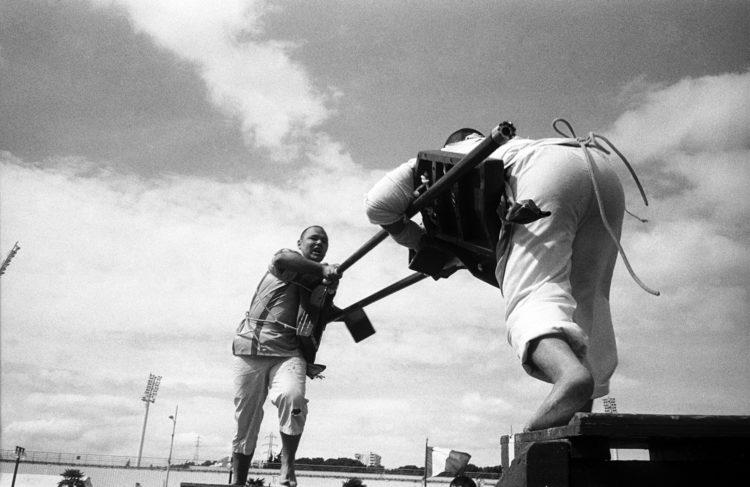 Franck Pourcel | La petite mer des oubliés – Luttes | 1996-2006 | Luttes | Photographie en N/B d'un tournoi de joute provençale à Martigues