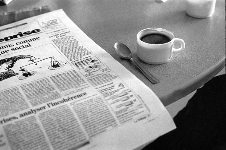 Franck Pourcel | La petite mer des oubliés – Luttes | 1996-2006 | Luttes | Photographie en N/B d'un journal économique dans lequel un article mentionne le poids de l'humain.