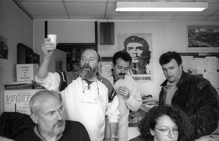 Franck Pourcel | La petite mer des oubliés – Luttes | 1996-2006 | Luttes | Photographie en N/B d'un déjeuné dans le local du comité d'entreprise CGT de la raffinerie de pétrole.