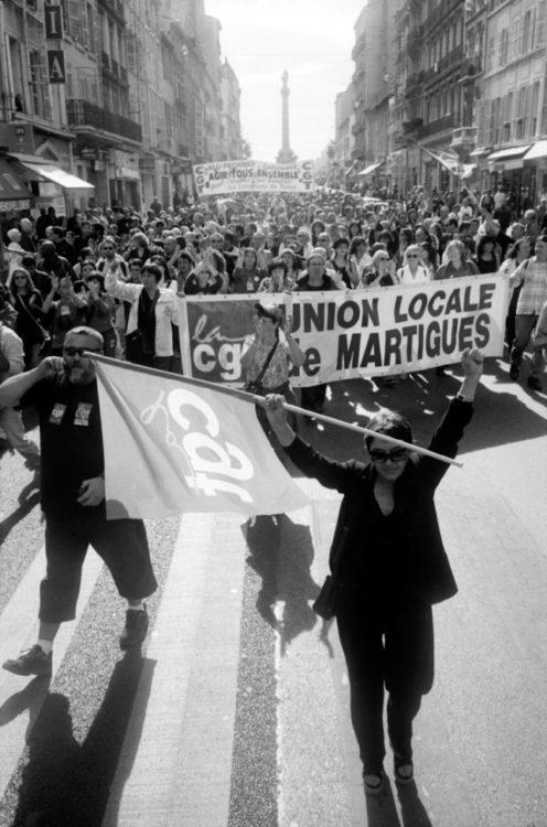 Franck Pourcel | La petite mer des oubliés – Luttes | 1996-2006 | Luttes | Photographie en N/B d'une manifestation contre la réforme des retraites de la CGT Martigues