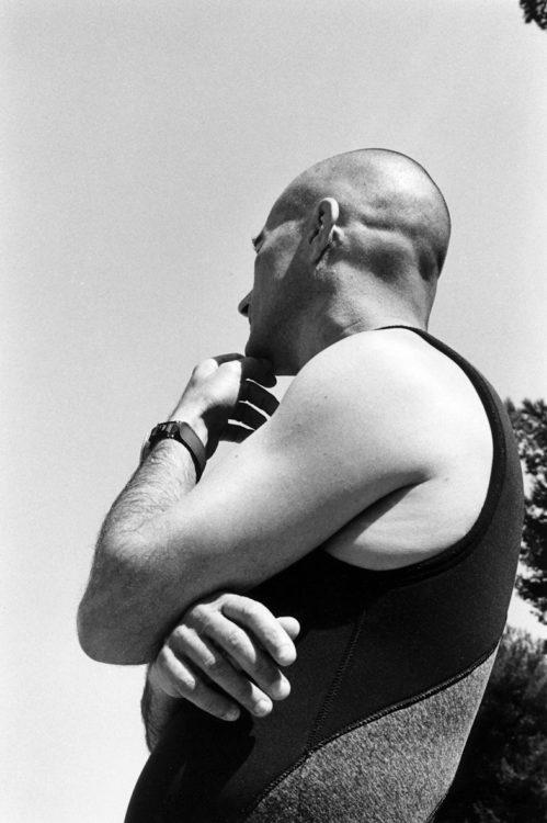 Franck Pourcel | La petite mer des oubliés – Luttes | 1996-2006 | Luttes | Photographie en N/B d'un homme qui s'apprète à plonger pour voir les fonds de l'étang