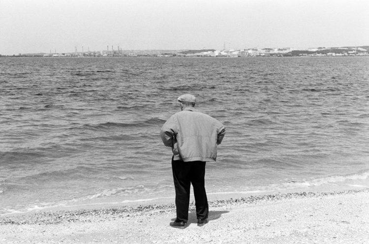 Franck Pourcel | La petite mer des oubliés – Luttes | 1996-2006 | Luttes | Photographie en N/B d'un homme, militant, qui regarde l'étang