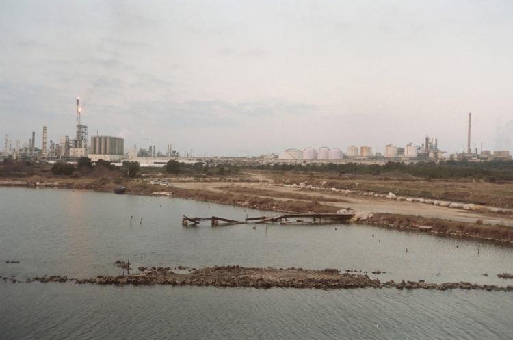Franck Pourcel | La petite mer des oubliés – Paradoxes | 1996-2006 | Paradoxes | Photographie en couleur du site pétrochimique de Lavéra depuis Ponteau