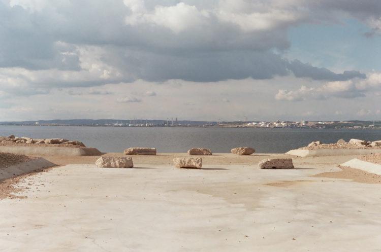 Franck Pourcel | La petite mer des oubliés – Paradoxes | 1996-2006 | Paradoxes | Photographie en couleur d'une sortie d'eau avec des rochers