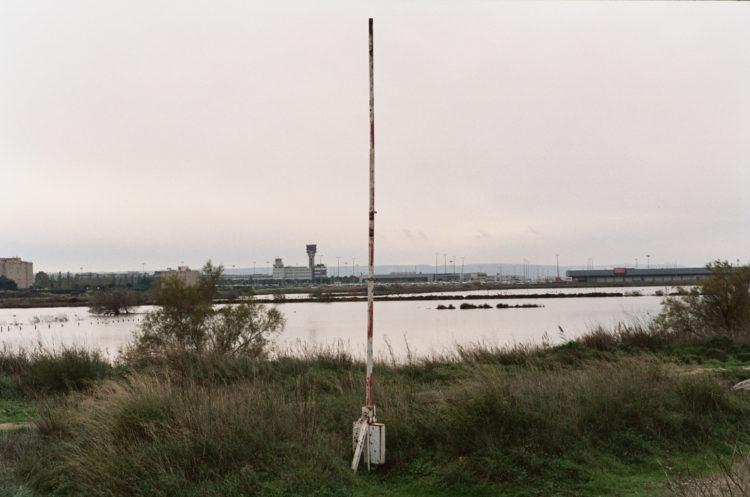 Franck Pourcel | La petite mer des oubliés – Paradoxes | 1996-2006 | Paradoxes | Photographie en couleur d'une barrierre verticale devant l'aéroport