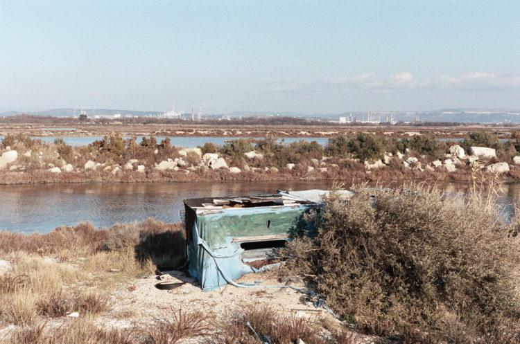 Franck Pourcel | La petite mer des oubliés – Paradoxes | 1996-2006 | Paradoxes | Photographie en couleur d'un cabanon de chasse au milieu des marais de Berre l'étang