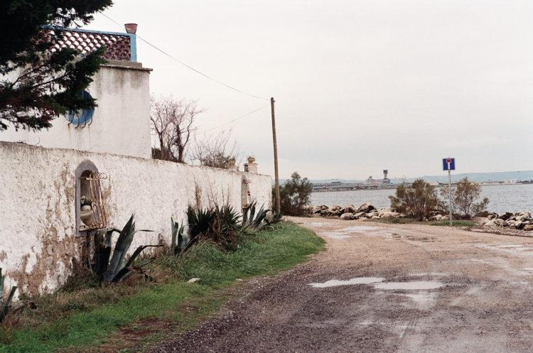 Franck Pourcel | La petite mer des oubliés – Paradoxes | 1996-2006 | Paradoxes | Photographie en couleur d'une maison devant l'aéroport de Marseille-Provence