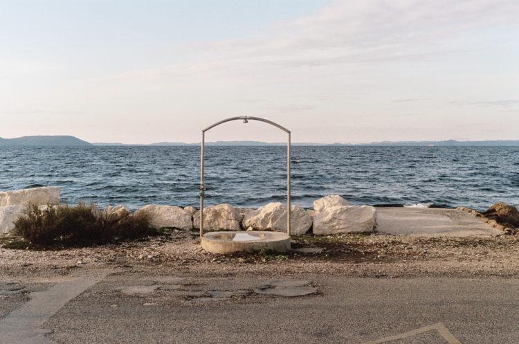 Franck Pourcel | La petite mer des oubliés – Paradoxes | 1996-2006 | Paradoxes | Photographie en couleur d'une douche devant la plage du Jaï