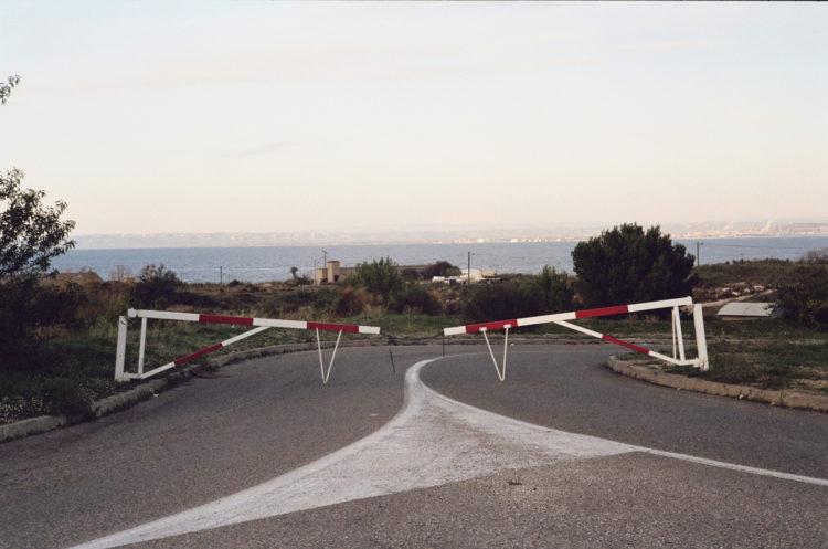 Franck Pourcel | La petite mer des oubliés – Paradoxes | 1996-2006 | Paradoxes | Photographie en couleur d'une route fermée par deux barrières