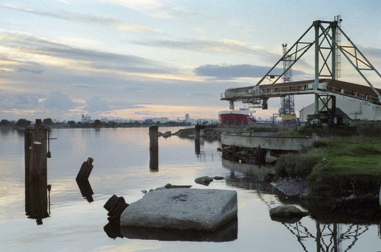 Franck Pourcel | La petite mer des oubliés – Paradoxes | 1996-2006 | Paradoxes | Photographie en couleur du port minéralier de Martigues sur le canal de Caronte