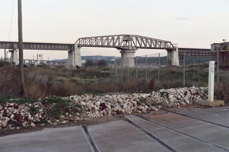 Franck Pourcel | La petite mer des oubliés – Paradoxes | 1996-2006 | Paradoxes | Photographie en couleur d'un pont de chemin de fer et une voie bouchée
