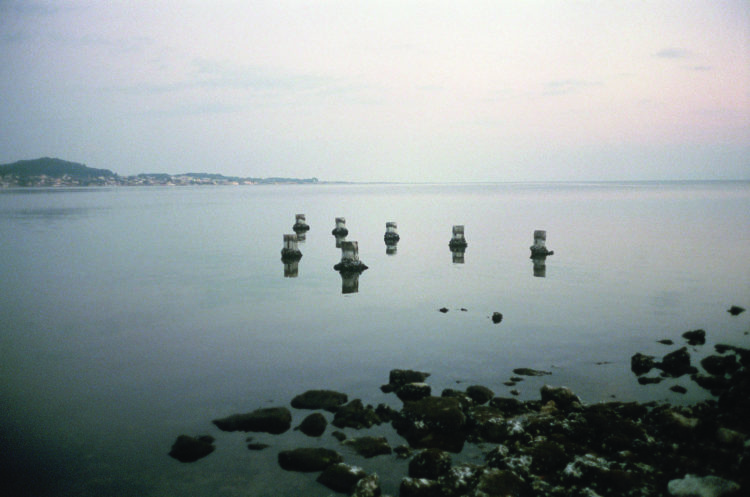 Franck Pourcel | La petite mer des oubliés – Paradoxes | 1996-2006 | Paradoxes | Photographie en couleur de plots au milieu de l'eau