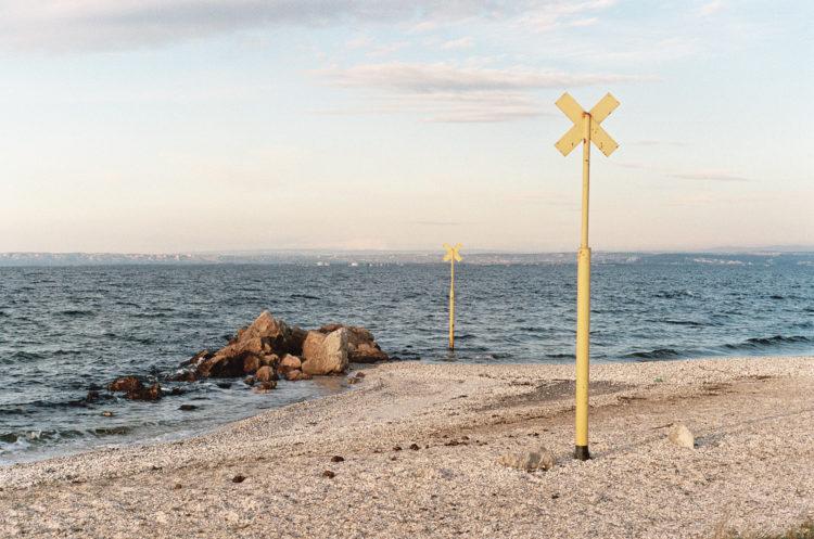 Franck Pourcel | La petite mer des oubliés – Paradoxes | 1996-2006 | Paradoxes | Photographie en couleur d'un marquage de passage de pipe-line à travers l'étang de Berre