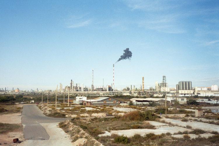 Franck Pourcel | La petite mer des oubliés – Paradoxes | 1996-2006 | Paradoxes | Photographie en couleur d'une usine pétrochimique