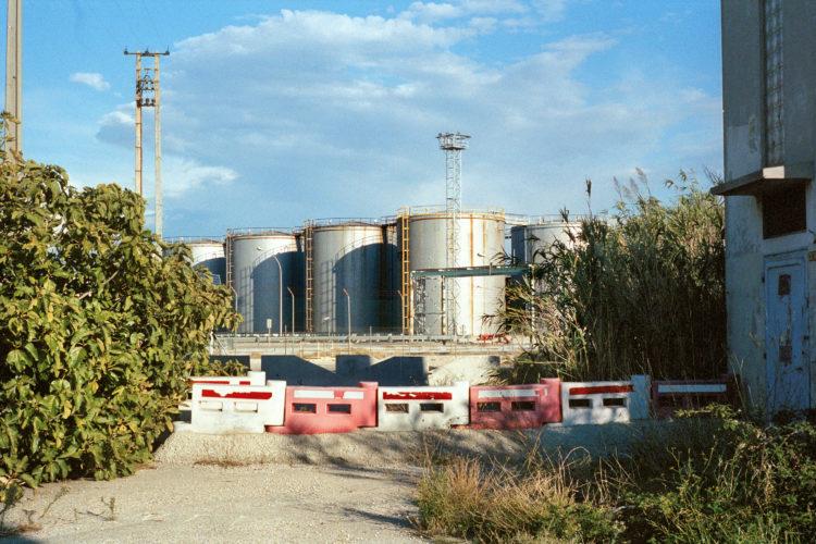 Franck Pourcel | La petite mer des oubliés – Paradoxes | 1996-2006 | Paradoxes | Photographie en couleur de cuves de pétrole d'une raffinerie
