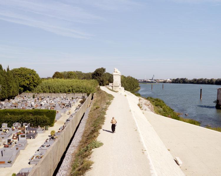 Bertrand Stofleth | Rhodanie | 2007-2015 | Rhodanie, Arles, quais de Trinquetaille et cimetière. Au loin pont des Lions et port fluvial industriel d'Arles.