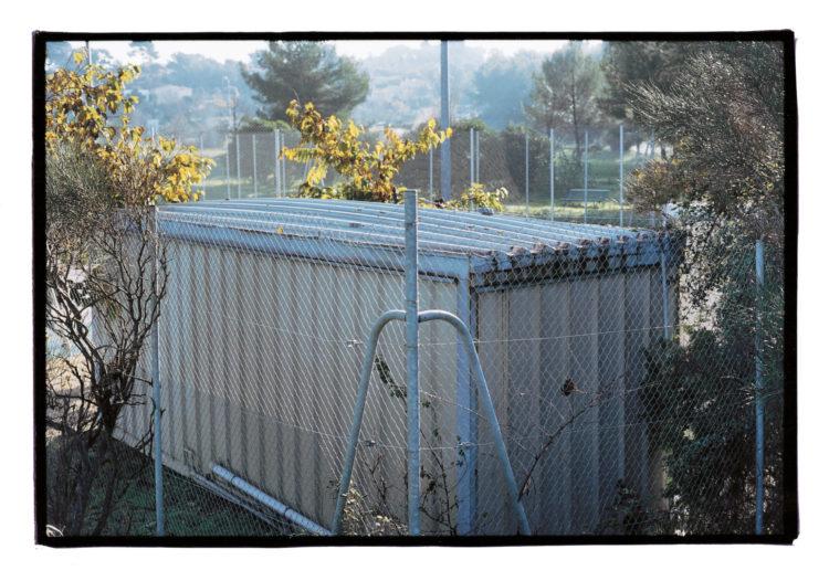 Vincent Bonnet | Des concertations (les mains sur la ville) | 2002-2004 | Club-house des tennis du complexe sportif des Trois Lucs | Domaine le Commandeur | Frontière de la commune d'Allauch | 10/2002