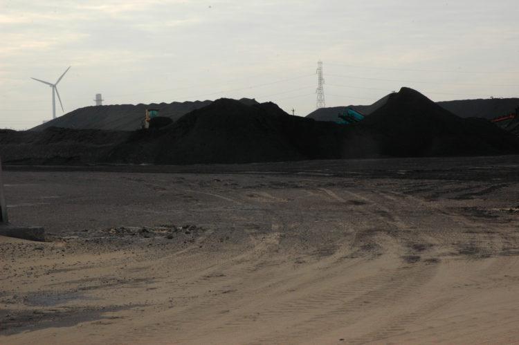 Christophe Galatry | Objets, répertoires et signes : Fos et Vitrolles | 2013 | Port minéralier Fos. Tas de charbon.