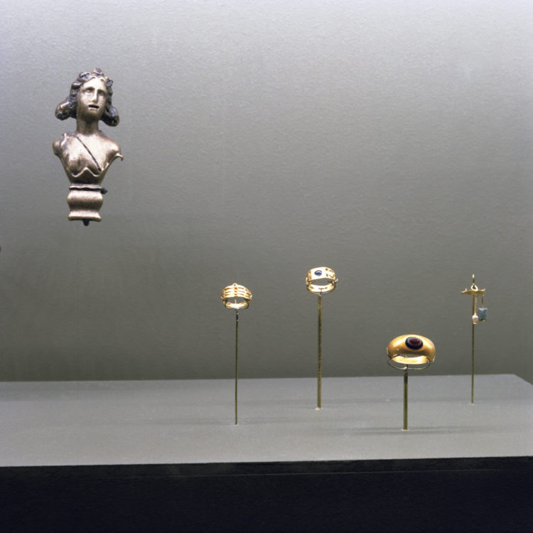 Suzanne Hetzel   7 saisons en Camargue   2013-2016   Bijoux romains, exposition Le Rhône pour mémoire, musée départemental Arles antique, 2009