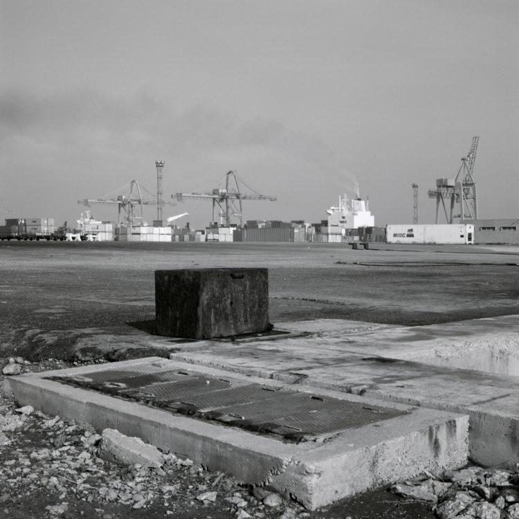 Michel Peraldi   Les temps de Berre   1985   Le port de Fos, terminal à containers. Vide.